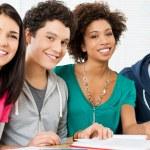 Ritratto di felici studenti — Foto Stock
