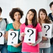 studenti in possesso di punto interrogativo — Foto Stock