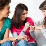giovani ragazze applicazione vernice chiodo — Foto Stock