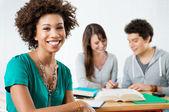 Glücklich afro amerikanische studentin — Stockfoto