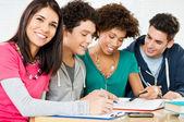 Amigos felizes fazendo lição de casa — Foto Stock