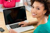 Student werkt aan laptop — Stockfoto