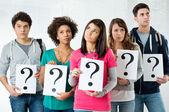 Studenten houden vraagteken — Stockfoto