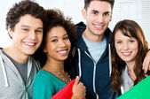 Groupe d'étudiants heureux — Photo