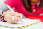 Close da menina mão escrevendo — Foto Stock
