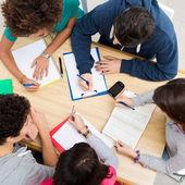 Groep vrienden samen studeren — Stockfoto