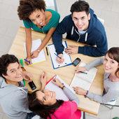 Amigos felizes estudando juntos — Foto Stock