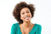 Glada leende flicka — Stockfoto