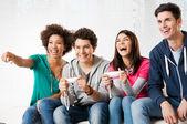друзья, играя видеоигры — Стоковое фото