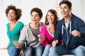 Unga fans tittar på tv — Stockfoto