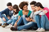 Przyjaciele patrząc na telefon komórkowy — Zdjęcie stockowe