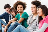 Grupp glada leende vänner — Stockfoto