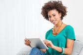 使用数字平板电脑的非洲女人 — 图库照片