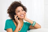 Glad kvinna talar i mobiltelefon — Stockfoto