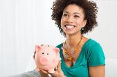 Piggybank exploração de mulher feliz — Foto Stock