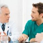 doctores discutiendo en reunión — Foto de Stock