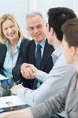 Handslag mellan två företagare — Stockfoto