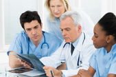 Doctores examinar informe de radiografía — Foto de Stock