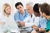 Team med läkare undersöka rapporter — Stockfoto