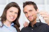 Young Couple Showing Keys Of New House — Stock Photo