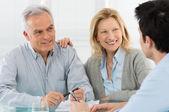 Couple de personnes âgées parler avec un expert-conseil — Photo