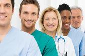 Groupe des médecins heureux — Photo