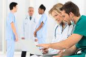 Medici che lavorano sul portatile — Foto Stock