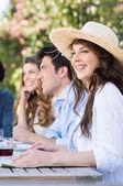 Joven mujer disfrutando con sus amigos — Foto de Stock