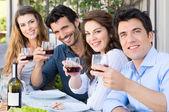 Amis acclamant avec verres à vin — Photo