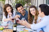 Amis griller le verre à vin — Photo