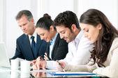 Geschäftsleute, die im büro arbeiten — Stockfoto