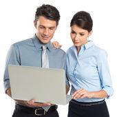Biznesmeni działa na laptopie — Zdjęcie stockowe