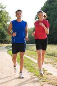 молодая пара бег трусцой — Стоковое фото