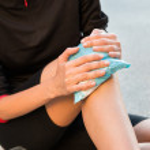 cool gel pack sur un genou mal gonflé — Photo