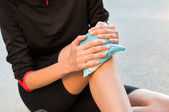 Cool Gel Pack On A Swollen Hurting Knee — Stock Photo