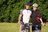 Jeune couple sportive à vélo — Photo