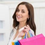 kobieta gospodarstwa torby na zakupy — Zdjęcie stockowe