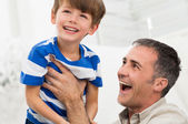 遊び心のある父と息子 — ストック写真