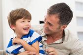 Vrolijke vader en zoon — Stockfoto