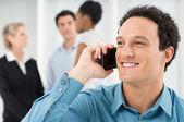 улыбаясь бизнесмен, говорить на мобильный телефон — Стоковое фото
