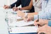 Businesspeople prendendo appunti — Foto Stock