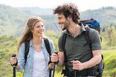Paar in landschaft wandern — Stockfoto