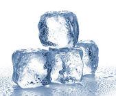 冰块上白色隔离. — 图库照片