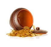Goldene münzen in keramiktopf, isoliert — 图库照片