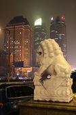 Lion de pierre traditionnelle avec des gratte-ciel — Photo