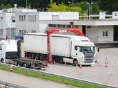 一辆卡车正在经历了 x 射线检查设备 — 图库照片