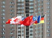 Multi-nationale vlaggen voor een hoog gebouw — Stockfoto