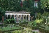 Jardim de ervas em um antigo mosteiro — Foto Stock