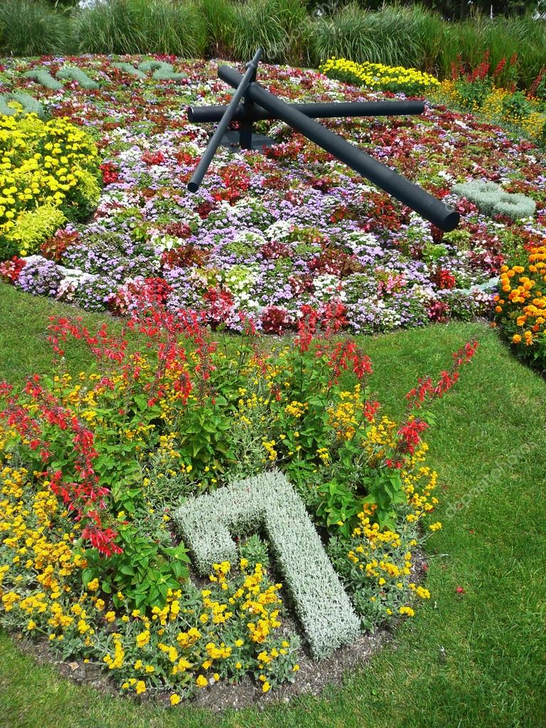 Flower Clock in the public park, geneva, Switzerland - symbol of watch industry — Stock Photo #18876111