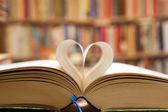 Boekenpagina in hart vorm — Stockfoto